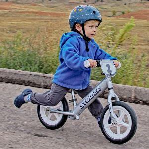 Катание на двухколёсном велосипеде