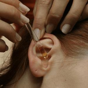 Как вытащить насекомое из детского уха