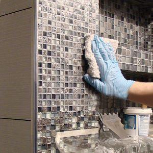 Очищаем плитку в ванной от эпоксидного клея