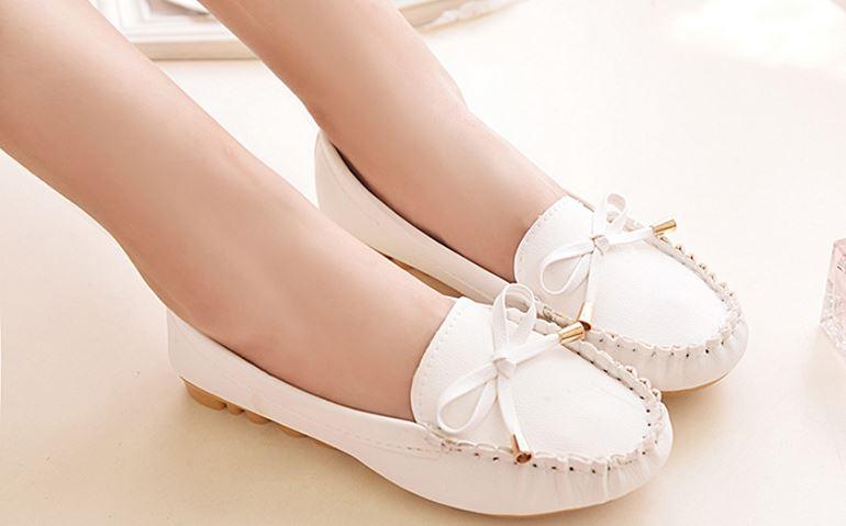 Новая пара белых кожаных туфель