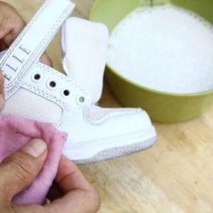 Очистить обувь специальными средствами