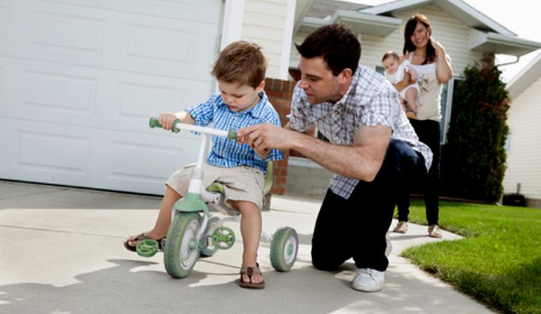 Как научить малыша ездить на трёхколесном велосипеде