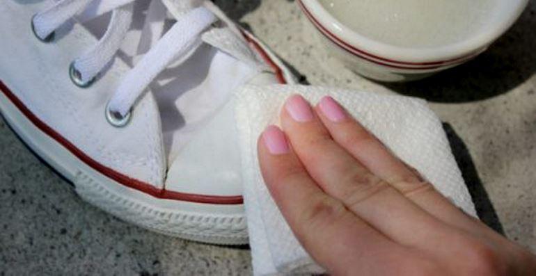 Ручная стирка и отбеливание обуви