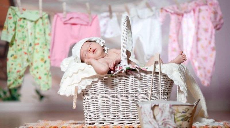 Чем стирать вещи для новорождённых
