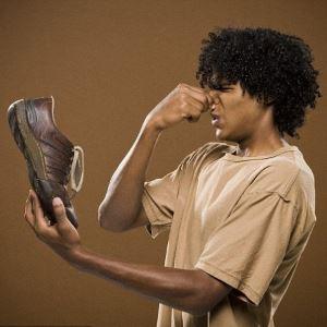Почему пахнет обувь