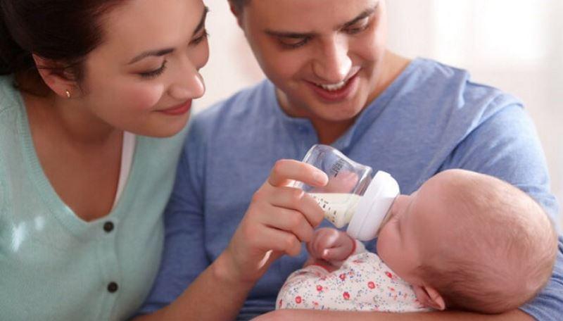 Какой смесью кормит новорожденного ребенка