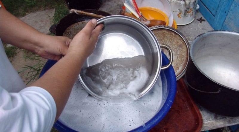 Отмывает пригоревший сахар