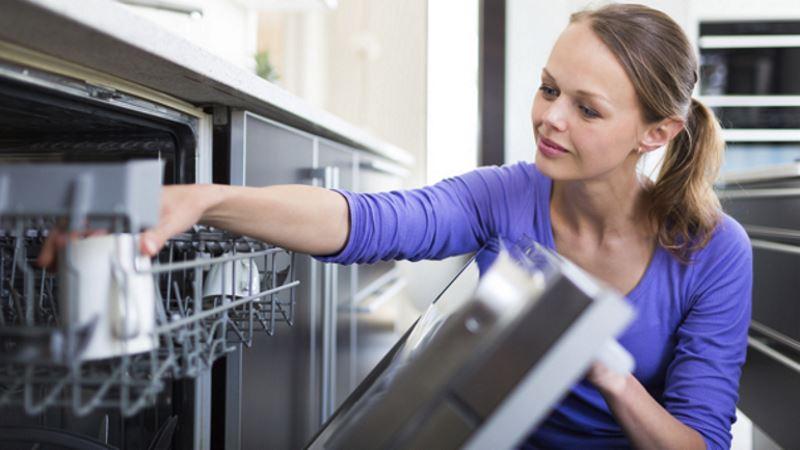 Как предотвратить появление неприятного запаха из посудомойки