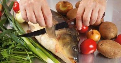 Чистит рыбу