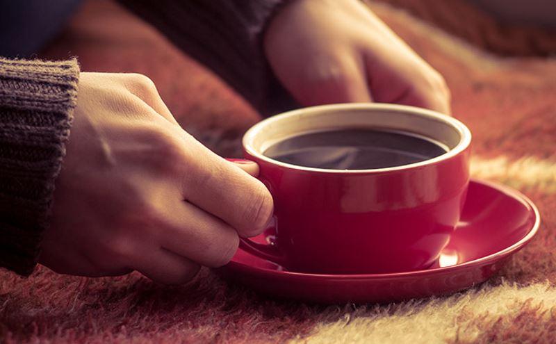 Можно ли пить кофе кормящей маме: какое влияние оказывает на малыша этот напиток?