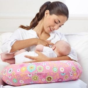 Кормление малыша в положении сидя