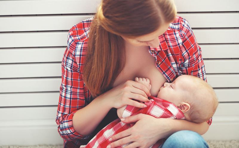 Кормление малыша сидя