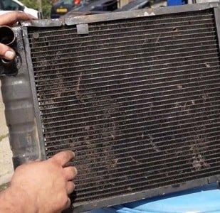 С помощью какого средства можно очистить радиатор машины снаружи