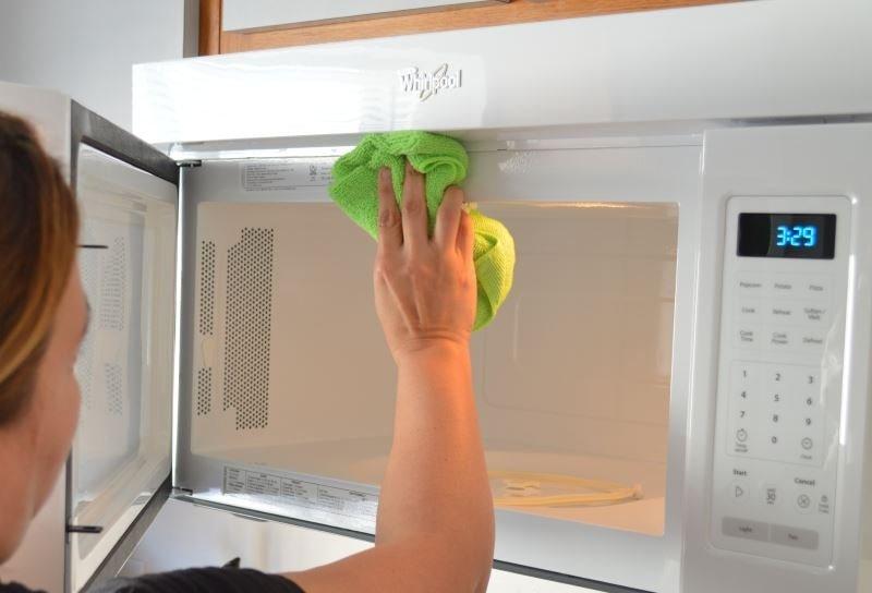 Эффективные способы, как быстро отмыть микроволновку в домашних условиях