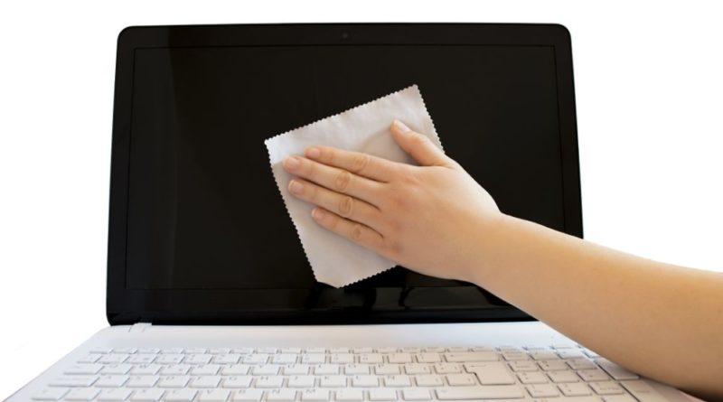 Чистить экран ноутбука