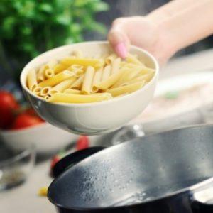 Приготовление консервов с макаронными изделиями в кастрюле