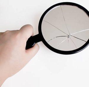 Разбилось зеркало: толкование случившегося