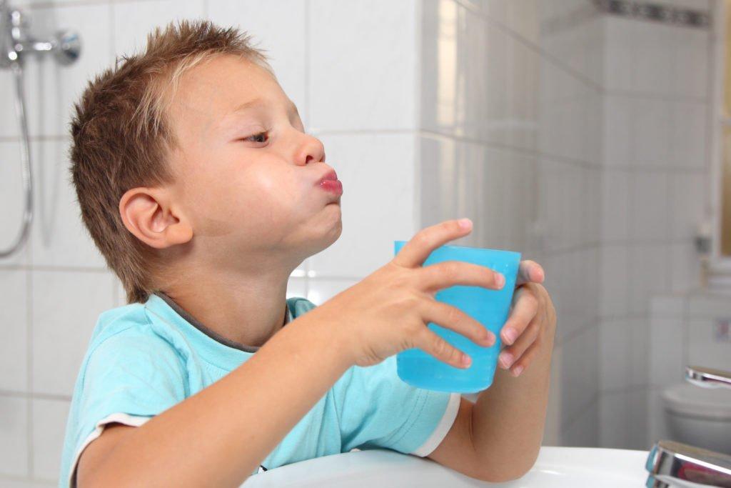 Полоскать Хлорофиллиптом горло детям