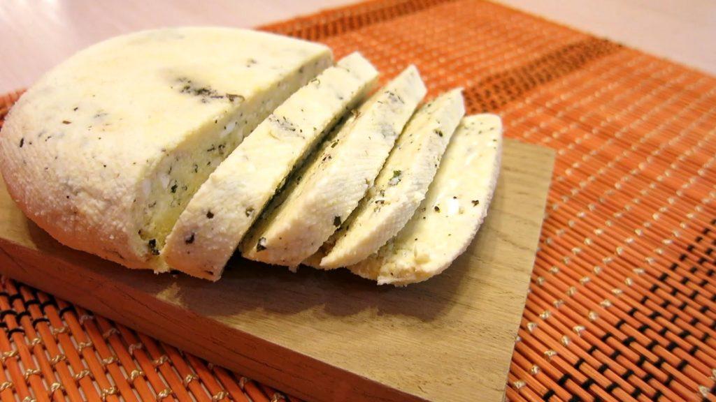 Приготовить вкусный сыр в домашних условиях