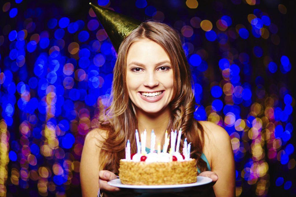 Как можно поздравить подругу с днем рождения?