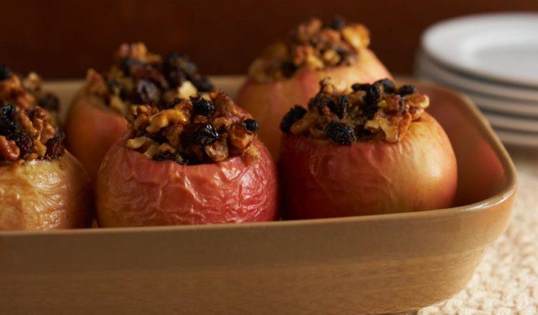 Запечённые яблоки с орехами и черносливом