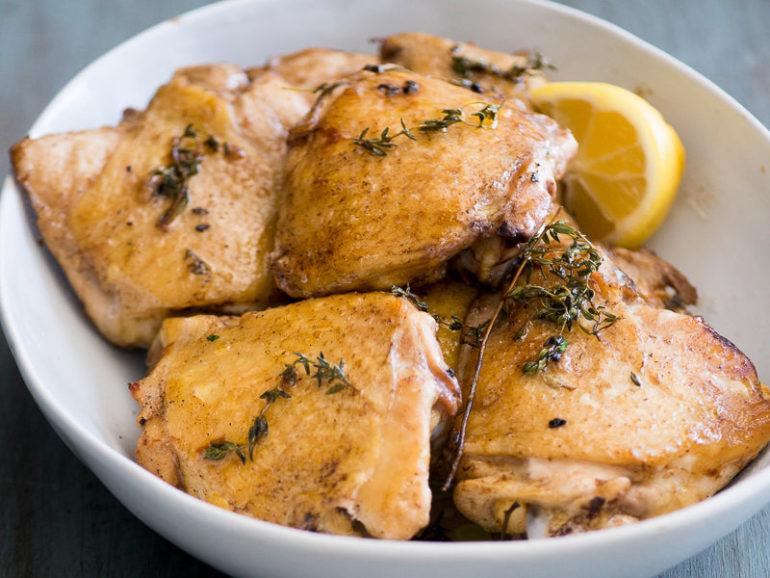 Как готовить куриные бедра в духовке?