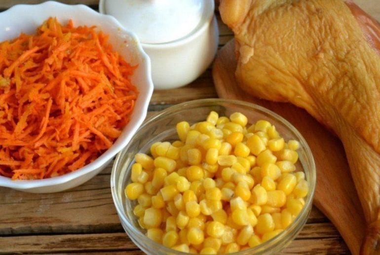 С корейской морковью, кукурузой и курицей