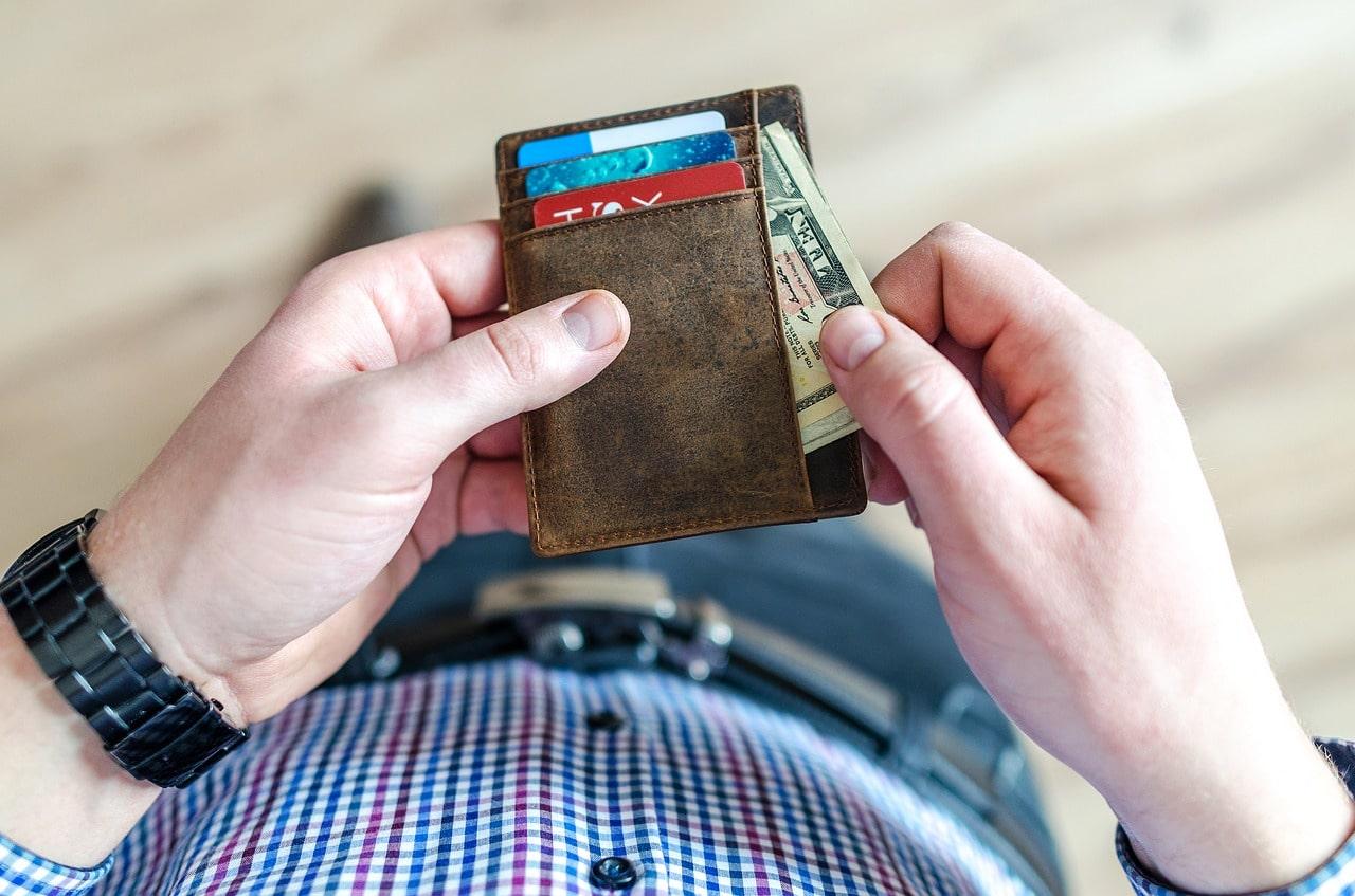 Бумажник с деньгами