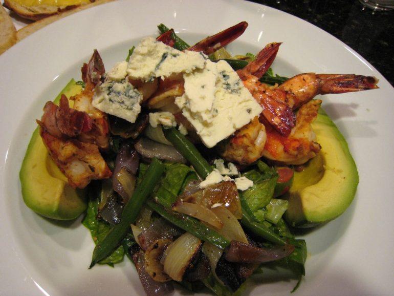 Овощной салат с авокадо и креветками